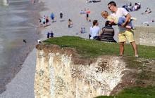 Sống ảo tối thượng: Ông bố bế con nhỏ đung đưa trên vách đá dựng đứng hơn 120m chỉ để chụp ảnh