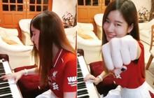 """CĐV nữ xinh đẹp của Liverpool chơi piano bản nhạc truyền thống của MU để rồi nhận cái kết """"đắng"""""""