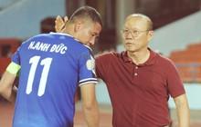 Thầy Park tìm và động viên Anh Đức sau trận thua trên sân Lạch Tray