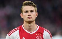 Đội trưởng 19 tuổi đẹp trai như thiên thần của Ajax phải cắt quần thi đấu vì đùi quá to