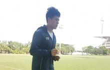 Không được thi đấu vì án treo giò, Đình Trọng một mình chạy duy trì thể lực giữa trưa nắng 40 độ C