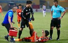 Không chờ bác sĩ, Bùi Tiến Dũng chạy tới giúp bạn thân Đức Chinh giảm đau ngay trên sân