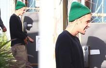 Một mình ra đường mà không có vợ đi cùng, Justin Bieber lại có biểu cảm vui vẻ bất ngờ