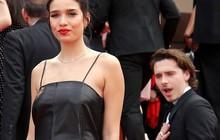 """Biểu cảm """"há hốc miệng, mắt đầy thâm tình"""" của Brooklyn Beckham khi ngắm nhìn bạn gái tại Cannes bất ngờ gây bão"""