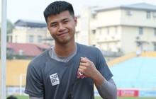 Thủ môn trẻ tài năng của U23 Việt Nam trổ tài làm bác sĩ, chăm sóc đàn anh