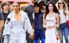 """Đã đụng hàng lại còn cùng """"thả rông"""", vậy mà Kim Kardashian lại bị mỹ nhân Hollywood nóng bỏng này """"chặt đẹp"""""""