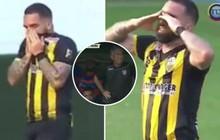 Cầu thủ suy sụp, ôm mặt khóc nấc sau khi ghi bàn thắng đẹp loại đội bóng của bố ruột