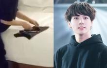"""Nhìn """"em út vàng"""" Jungkook của BTS gấp quần áo chỉn chu thế này, nhiều chị em sẽ thấy xấu hổ lắm đây"""