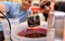 """Thử nhúng Apple Watch vào chậu vàng lỏng nguyên chất: Tưởng """"chết"""" mà vẫn dùng ngon, long lanh gấp bội"""