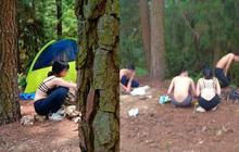 Cô gái gây tranh cãi khi mặc áo bra khoe lưng trần đi cắm trại cùng nhóm thanh niên giữa rừng