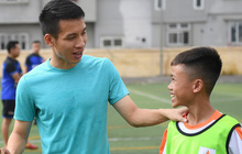 """Tiền vệ Hùng Dũng trở về làm """"thầy Chíp"""", dạy các em nhỏ đá bóng cực vui"""