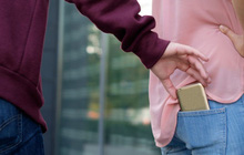 """Điện thoại tự """"trơn tuồn tuột"""" như con cá trê giãy cạn: Cách chống móc túi có 1-0-2 của tương lai"""