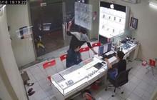 Truy bắt đối tượng dùng hung khí truy sát chủ cửa hàng ĐTDĐ ở Sài Gòn