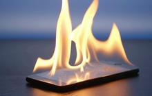 Dùng điện thoại ngoài trời nắng 40 độ có gây hại, thậm chí tai nạn cháy nổ hay không?