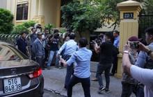 Ông Nguyễn Hữu Linh vội vàng chạy vào phòng xử, né tránh phóng viên trong ngày hầu tòa