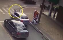 """Thấy vợ ngồi trong xe ô tô với """"trai lạ"""", người đàn ông điên cuồng đánh ghen bất chấp nguy hiểm tính mạng của chính mình"""