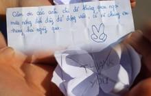 """""""Mát lòng"""" với bông hoa giấy cùng tâm thư cảm ơn ngọt lịm của cô nàng thí sinh gửi các sinh viên tình nguyện sau 2 ngày thi THPT Quốc gia"""