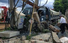 Xe ben cán nát xe máy: 600 hộ dân mất điện, 2 người thương vong