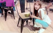 Nâng niu trái dừa trên ghế còn mình ngồi xổm uống như thật, Minh Hằng một khi đã khát thì mặc kệ hình tượng luôn