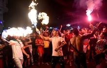 Pháo sáng rực đỏ Paris khi đội tuyển này giành vé vào chung kết giải VĐ châu Phi sau 29 năm