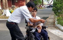 Thí sinh làm bài thi trên xe lăn đạt điểm 10 môn Tiếng Anh thi THPT quốc gia