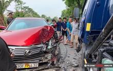 Hà Nội: Xe sang Lexus va chạm với xe tải, nhiều mảnh vỡ vương vãi khắp hiện trường