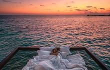 Quên bể bơi vô cực đi, khu resort này giăng lưới cho khách nằm ngủ, 'sống ảo' tha hồ giữa mênh mông biển trời