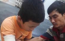 Cậu bé bán vé số phụ giúp ba mẹ tâm thần bị cướp đánh gãy tay