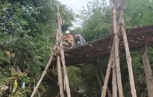 Xe máy chạy qua cầu gỗ lọt xuống sông gây chết người