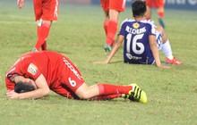 """Xuân Trường đổ gục sau khi dồn chút sức lực cuối cùng kiến tạo cho Văn Toàn """"xé lưới"""" Hà Nội FC"""