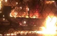 Đỗ trước cửa hàng đồ gỗ, xe tải bất ngờ cháy rụi lúc nửa đêm