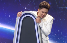 Trấn Thành núp sau ghế trước màn suýt chạm môi của 2 nam thí sinh
