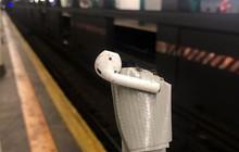 Đánh rơi AirPod ở đường ray tàu điện, cô gái nhát gừng nhanh trí nghĩ chiêu đối phó đỉnh cao cứu vãn tình thế