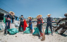 """Hành trình ý nghĩa của nhóm """"siêu anh hùng"""" dọn sạch rác nhựa trên bờ biển"""