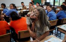 Thấy lớp quá thụ động, thầy giáo liền đội tóc giả bắt chước Lisa (BLACKPINK) và trang điểm cực ấn tượng để khuấy động không khí