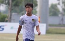 Tiền đạo U23 Việt Nam có hành động đẹp với đối thủ trong cuộc đọ sức tại giải Hạng Nhất QG 2019