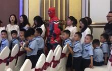 Tin lời con trai không kiểm chứng, hai bố con bỗng chiếm spotlight tại lớp học khi hoá thân thành Spider Man
