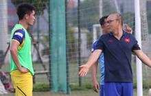 """Trợ lý """"bất lực"""", HLV Park Hang-seo lao vào sân đích thân dạy bảo cầu thủ U22 Việt Nam"""