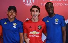 Siêu sao của Manchester United ký tặng hot boy Việt Nam trên đất Singapore