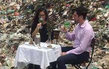 Hình ảnh cặp đôi dùng bữa giữa bãi rác lớn nhất Thủ đô khiến nhiều người giật mình: Một tương lai ăn ngủ cùng rác đang dần hiện hữu?