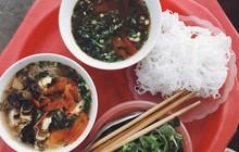 """""""Bạn trai nhà người ta"""" làm food tour dắt bạn gái đi ăn toàn nơi hay ho ở Hà Nội, các cô gái lại được dịp ghen tị"""