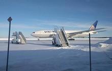 Bi hài chuyện hành khách bị kẹt 14 tiếng trong máy bay đỗ ngoài trời giá lạnh