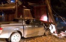 Tài xế nghi say xỉn lái ô tô tông sập cổng chùa Ngòi ở Hà Nội