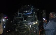 Xe khách tông xe tải trên cao tốc làm 80 người thương vong
