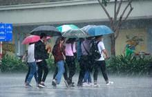 Người Sài Gòn trở tay không kịp, người ướt sũng chạy cơn mưa sau nhiều tháng nắng gắt