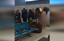 Khỏa thân xếp hàng chờ lên máy bay, người đàn ông bị cảnh sát bắt giữ