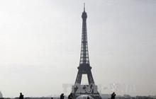 Tháp Eiffel đóng cửa do một đối tượng tìm cách trèo lên
