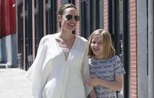 Cô con gái út nhà Angelina Jolie lớn phổng phao, vui vẻ đi chơi cùng mẹ không quan tâm tin bố Brad Pitt tái hôn