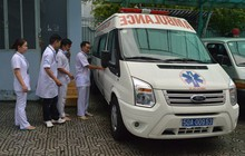 Xe cấp cứu đưa nữ sinh Sài Gòn vừa mổ ruột thừa đến điểm thi THPT