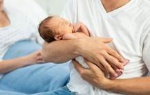 """Hào hứng đón con mới chào đời, người đàn ông """"đứng hình"""" khi nghe câu nói của em trai rồi vội vàng quyết định đưa đứa bé đi xét nghiệm ADN"""